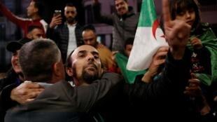 Argelinos festejan la renuncia de Abdelaziz Buteflika en las calles de la capital, el 2 de abril de 2019.