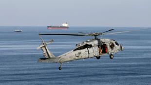Un hélicoptère américain survole le détroit d'Ormuz, en décembre2018.