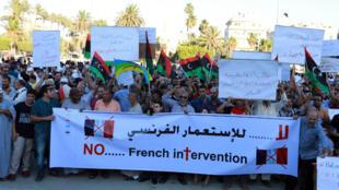 Des manifestants protestent contre l'intervention française en Libye dans les rues de Tripoli, le 20 juillet 2016.