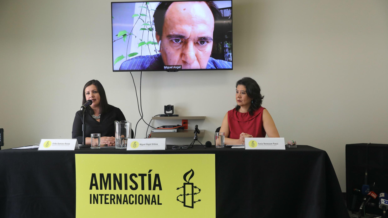 La directora para las Américas de Amnistía Internacional, Erika Guevara (i), y la directora Ejecutiva de Amnistía Internacional, Tania Reneaum (d), presentan un informe sobre Venezuela en Ciudad de México el 14 de mayo de 2019.