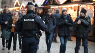 Un policier armé monte la garde au marché de Noël de Strasbourg, le jour de sa réouverture, le 14décembre2018.