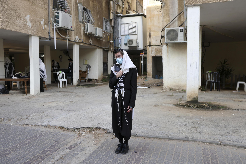 Los judíos ultraortodoxos en Israel rezan fuera de una sinagoga.