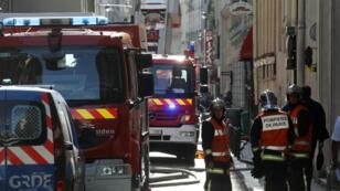 Des pompiers lors d'une intervention, en juillet 2017 à Paris.