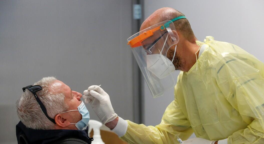 Un trabajador de salud toma una prueba para el diagnóstico de Covid-19, en Mardella, Francia, el 23 de septiembre de 2020.