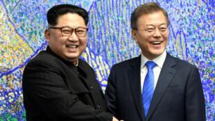 Le leader nord-corée Kim Jong-un et le président sud-coréen Moon Jae-in lors du sommet des deux Corées, le 27 avril 2018 à Panmunjom.