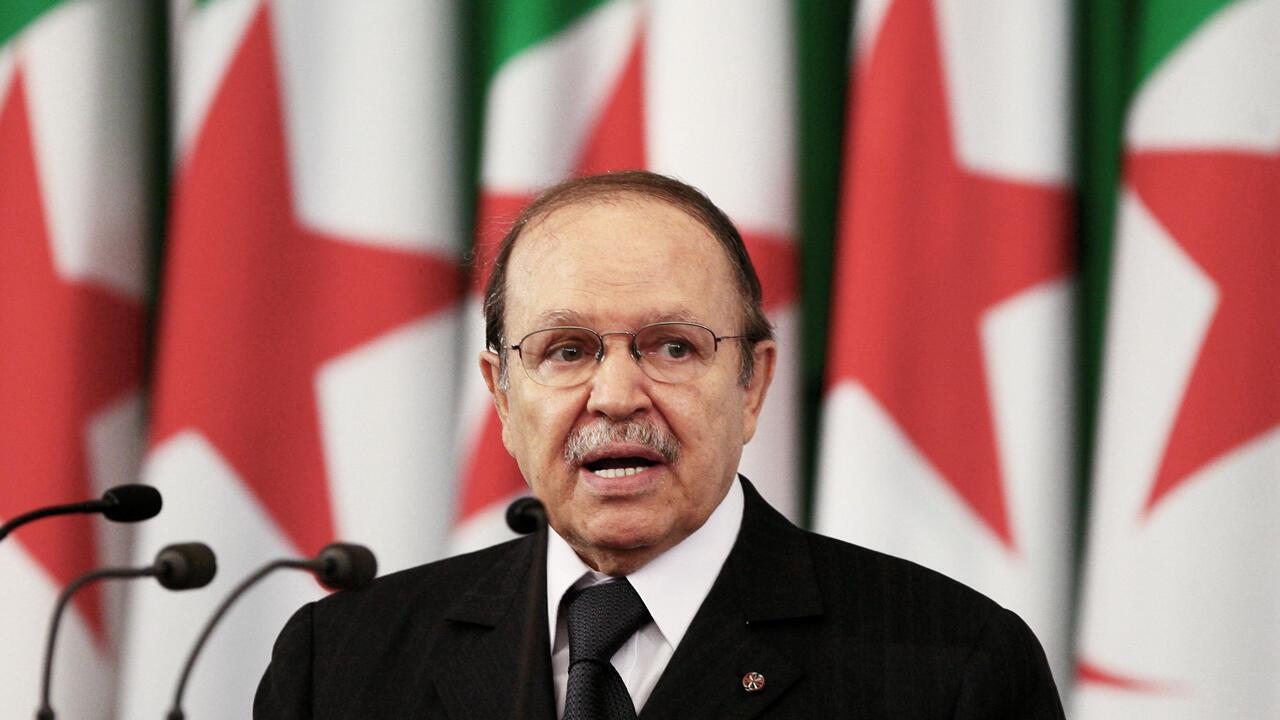 Archivo: el presidente argelino Abdelaziz Bouteflika pronuncia un discurso durante la ceremonia de juramento después de su reelección en Argel, Argelia, el 19 de abril de 2009.