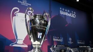 صورة لكأس دوري أبطال أوروبا لكرة القدم قبيل سحب قرعة الدور ثمن النهائي، نيون في 16 كانون الأول/ديسمبر 2019