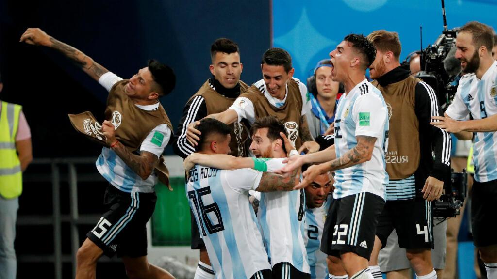 Rojo y Messi celebran el gol de la clasificación de Argentina.