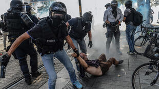 شرطة مكافحة الشغب الفرنسية (BAC) تشتبك مع مجموعة من المحتجين على غموض أحداث وفاة شاب فرنسي، نانت، فرنسا، 3 أغسطس/آب 2019
