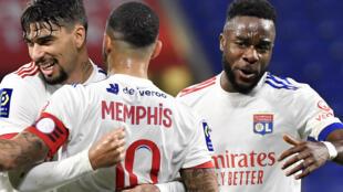 L'attaquant de Lyon, le Néerlandais Memphis Depay, est félicité par le milieu de terrain brésilien, Lucas Paqueta, et l'attaquant camerounais, Karl Toko Ekambi, après son but contre Strasbourg, lors de leur match de L1, le 6 février 2021 à Décines-Charpieu