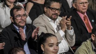 """Le leader des Farc Rodrigo Londoño, """"Timochenko"""", et ses camarades Luciano Marin Arango, """"Ivan Marquez"""", et Ricardo Tellez, """"Rodrigo Granda"""", ont assisté à la cérémonie au théâtre Colon à Bogota pour l'anniversaire de l'accord de paix."""