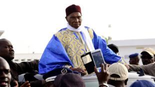 L'ancien président du Sénégal Abdoulaye Wade à la descente de l'avion à Dakar, lundi 11 juillet.