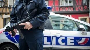 En France, l'état d'urgence doit normalement s'achever le 26 février, terme fixé par la loi adoptée après les attentats du 13 novembre.