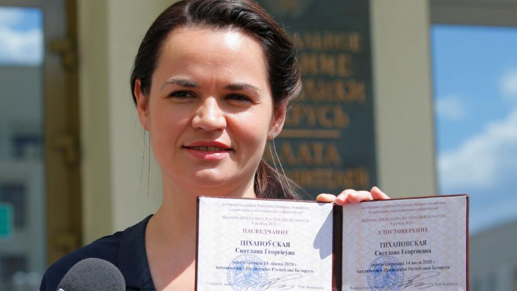 La candidata presidencial Svetlana Tikhanovskaya muestra su certificado de registro al abandonar la Comisión Electoral Central. El 14 de julio de 2020.
