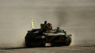 آلية مدرعة تابعة لقوات سوريا الديمقراطية عند تخوم الرقة في 6 شباط/فبراير 2017