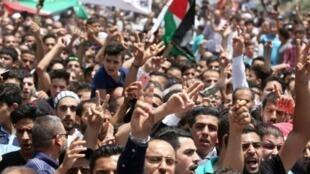 أردنيون يشاركون في تشييع الفتى محمد الجوابرة (17 عاما) الذي قتله حارس في سفارة إسرائيل