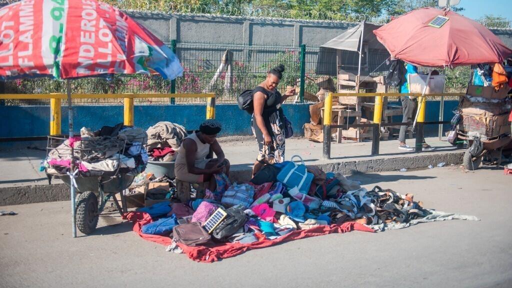El comercio informal se ha visto afectado por la paralización de actividades y el transporte.