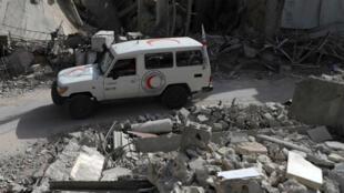 Un camion aux couleurs du Croissant-Rouge circule à Douma, dans l'enclave de la Ghouta orientale, à l'est de Damas, lundi 5 mars.