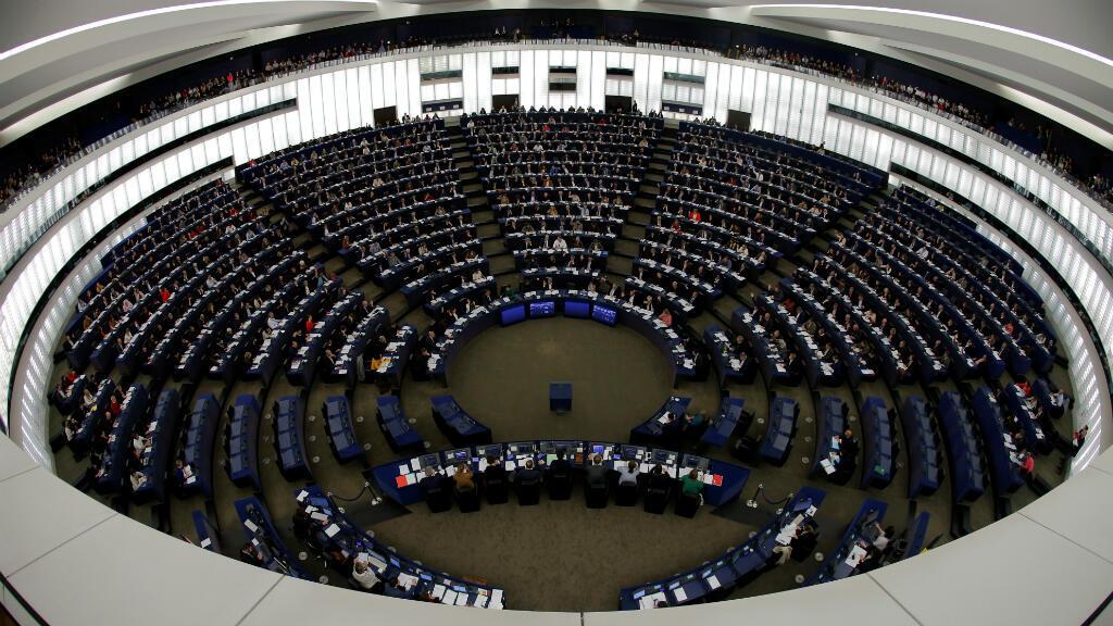"""Los miembros del Parlamento Europeo participan en una sesión de votación en Estrasburgo, Francia, el 28 de noviembre de 2019. Los eurodiputados votaron el jueves sobre una resolución de """"emergencia climática"""" antes de una conferencia climática de las Naciones Unidas en Madrid."""