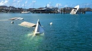 قوارب وزوارق غارقة بعد مرور إعصار إيرما في أحد مرافئ جزيرة سان مارتان الفرنسية في الكاريبي في 17 أيلول/سبتمبر 2017
