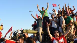 فرحة الجماهير التركية بالانتصار بعد دحر الانقلاب العسكري