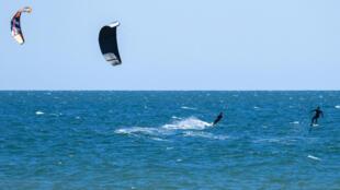 Unos kitesurfers, el 7 de mayo de 2020 en Ladispoli, cerca de Roma