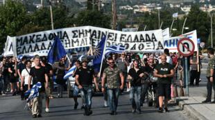 أشخاص يتظاهرون ضد الصفقة بين اليونان ومقدونيا خلال القمة الرباعية لدول البلقان في سالونيك، 4 تموز/يوليو 2018.
