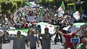 Des manifestants algériens dans les rues de la capitale, à l'occasion du 12e vendredi de mobilisation, le 10 mai 2019.