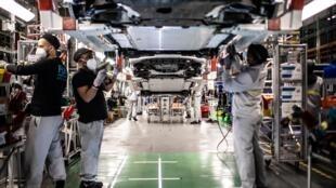 Des employés sur une ligne d'assemblage de l'usine Renault à Flins, le 6 mai 2020