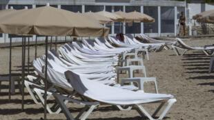 Tumbonas vacías en la playa de Talamanca en IbizaEspaña,  el 31 de julio de 2020