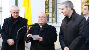 El arzobispo Charles Scicluna y el padre Jordi Bertomeu, enviados especiales del Vaticano, dando una conferencia de prensa en Santiago de Chile, el 12 de junio de 2018.