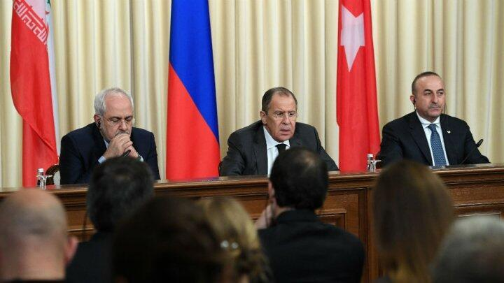 وزراء الخارجية (من اليمين) التركي والروسي  والإيراني