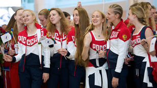 À l'aéroport de Moscou, des membres de l'équipe olympique russe s'apprêtent à partir pour Rio, le 28 juillet 2016.