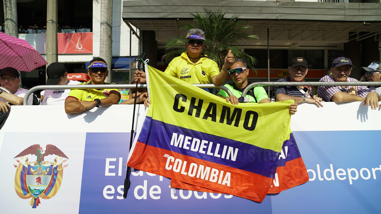 Juan Guillermo Mazo, un hombre de Medellín conocido como 'El Chamo' por sus orígenes venezolanos, sigue a los ciclistas colombianos con banderas y una indumentaria que ya es conocida por varios aficionados. Foto del 15 de febrero de 2019 en Medellín, Antioquia.