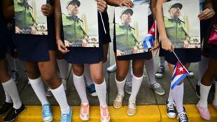 Des lycéens cubains attendent le passage de l'urne funéraire de Fidel Castro, à Santa Clara le 1er décembre 2016.