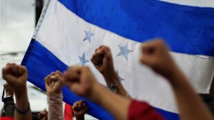 Seguidores de Salvador Nasralla protestan a las afueras del TSE en Tegucigalpa.