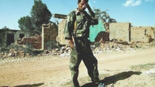 جندي إريتري يقف أمام منزل مُدمر في بلدة زالامبيسا في إريتريا في 24 أيار/مايو 2