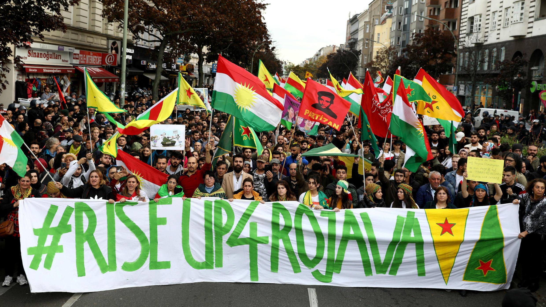 Manifestantes kurdos protestan contra la acción militar de Turquía en el norte de Siria, en Berlín, Alemania, el 12 de octubre de 2019.