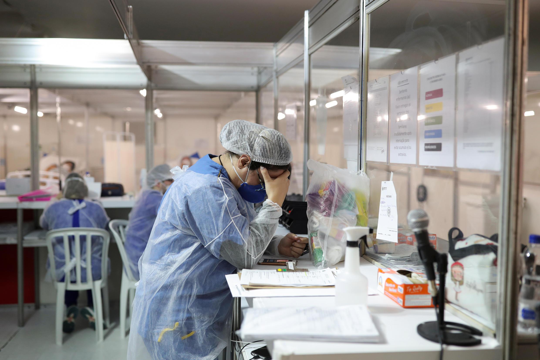 Una trabajadora de la salud en un hospital de campaña establecido para tratar a pacientes que padecen Covid-19 en Guarulhos, estado de Sao Paulo, Brasil, el 12 de mayo de 2020.