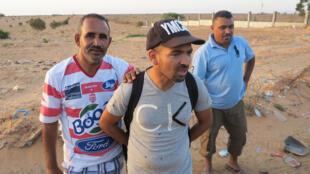 Des travailleurs tunisiens coincés au poste-frontière de Ras Jedir, vendredi 1er aout