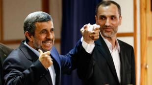 Mahmoud Ahmadinejad et son bras droit Hamid Baghaei après le dépôt de leurs dossiers de candidature pour l'élection présidentielle à Téhéran, le 12 avril 2017.