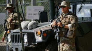 Des membres de la garde nationale surveillant la frontière avec le Mexique, le 11 avril 2018.
