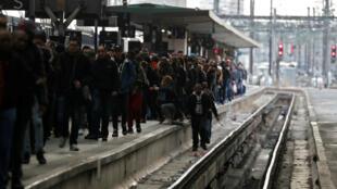 Viajeros caminan en una plataforma en la estación de trenes Gare de Lyon en París durante la huelga nacional de trabajadores ferroviarios franceses