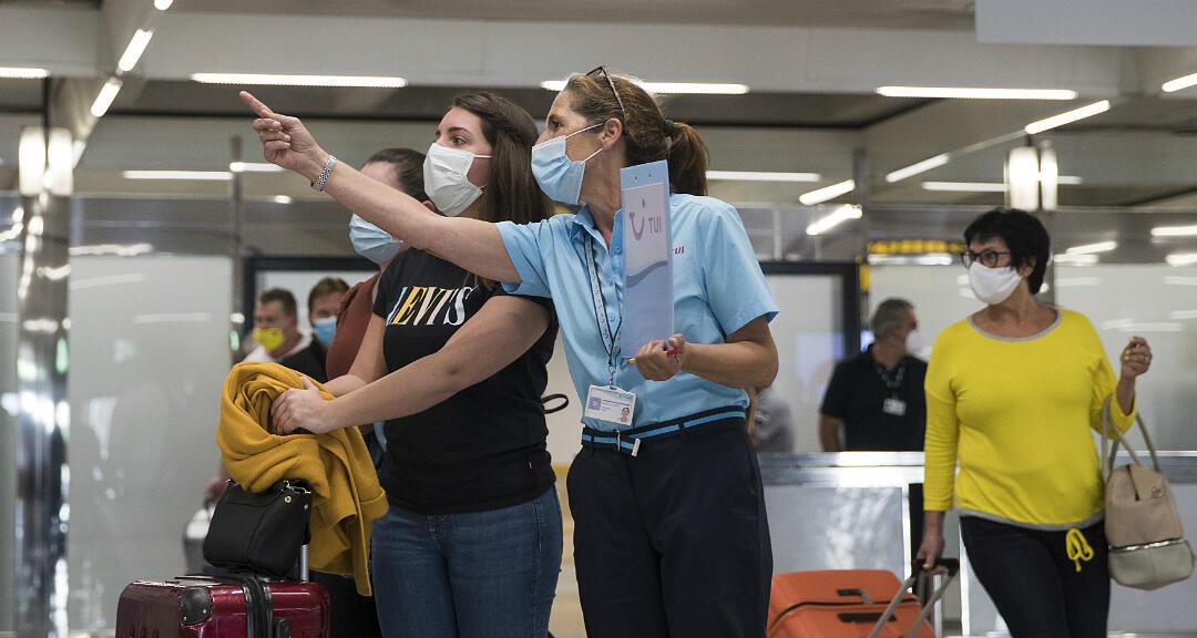 Una turista alemana pide información tras su llegada al aeropuerto de Son San Joan en Palma de Mallorca, España, el 15 de junio de 2020.