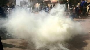 الشرطة تطلق الغاز المسيل للدموع على متظاهرين في الخرطوم في 24 يناير/كانون الثاني 2019