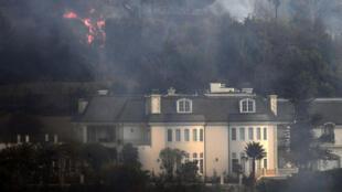 Une maison du quartier de Bel Air, à Los Angeles, menacée par les flammes, mercredi 6 décembre 2017.