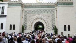 مسلمون أمام جامع باريس