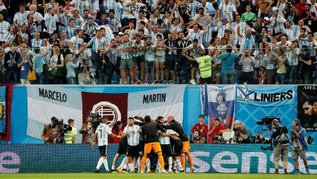 Público argentino enloquece con el gol de MArcos Rojo