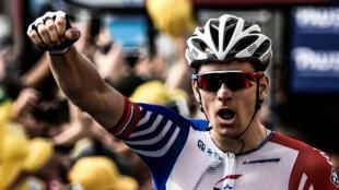 El ciclista francés del equipo Groupama-FDJ, Arnaud Demare (centro) celebra luego de superar a Christophe Laporte (derecha) el 26 de julio de 2018 enla etapa 18 del Tour de Francia.