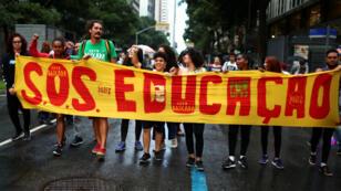 La gente protesta contra los recortes al gasto federal en educación superior planeados por el gobierno del presidente Jair Bolsonaro. 15 de mayo de 2019.